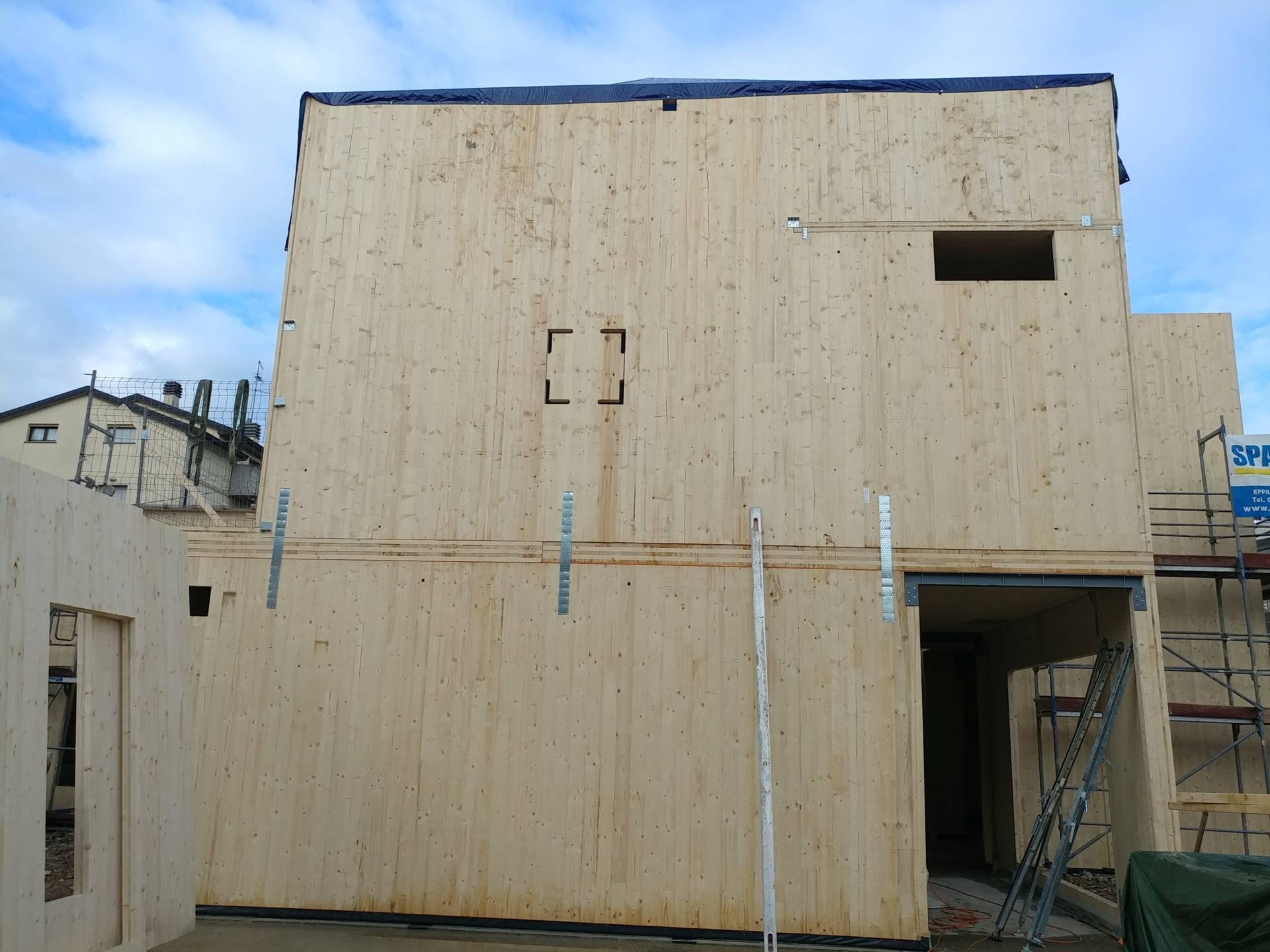 Parete-in-pannelli-in-legno-XLam-durante-la-costruzione
